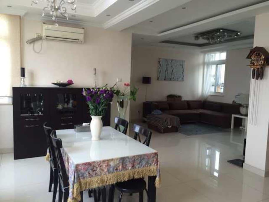 客厅和餐厅。