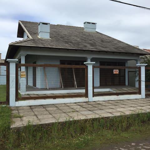 Excelente casa , a 400 mts do mar. - Tramandaí  - House