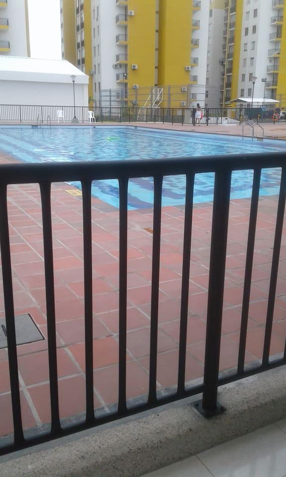 El apartamento cuenta con piscina y tienda
