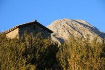 Ermita de San Antonio y montaña mágica del Turbón