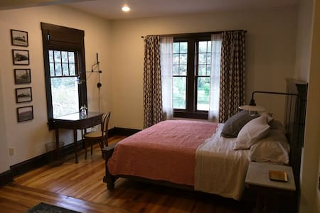 Historic river view room overlooking Marshall - #2 - Bed & Breakfast
