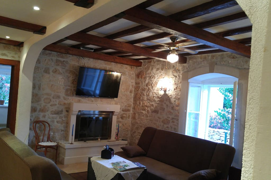 Traditional stone house with a touch of luxury, modern appliances, WIFI, Air Condition, Sat/cable TVs and much more...
