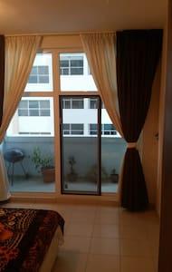 Comfortable master bedroom w/balcon close to Dubai - Dubai