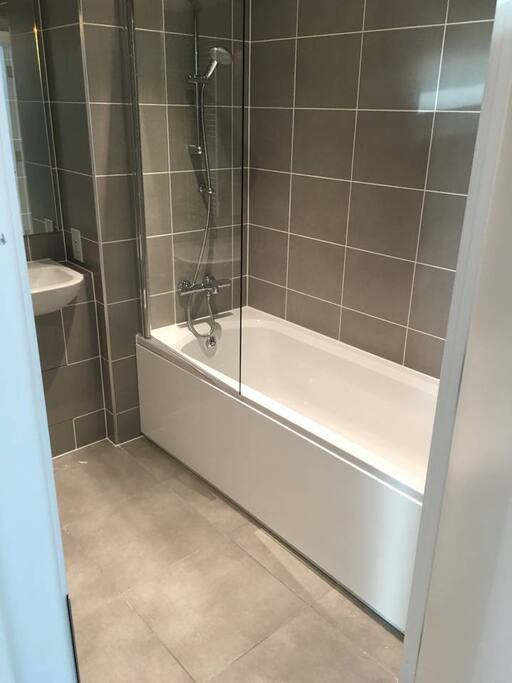 Instant Hot Water Bathroom with Full Bathtub
