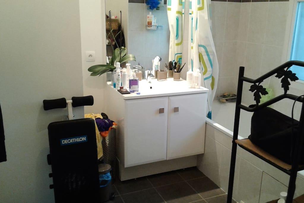 Très jolie salle de bain avec tout confort.