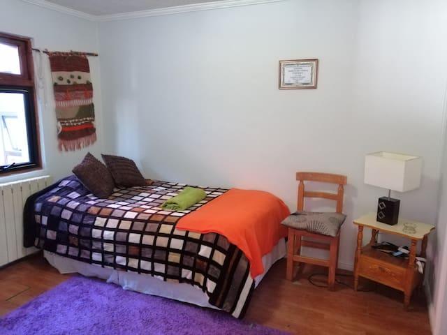 Exquisita cama. 1.5 plaza. Revestida. Lo que te permite un buen descanso  después de recorrer la ciudad.