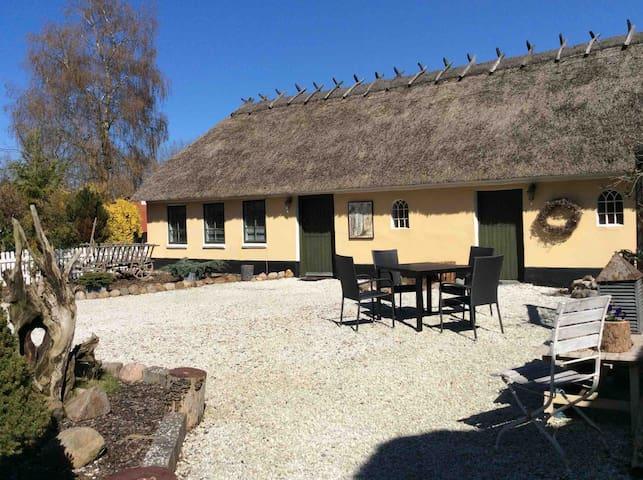 Stråtækt gård fra 1807 med fantastisk atmosfære