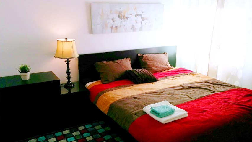 Downtown King Bed & Private ½ Bath