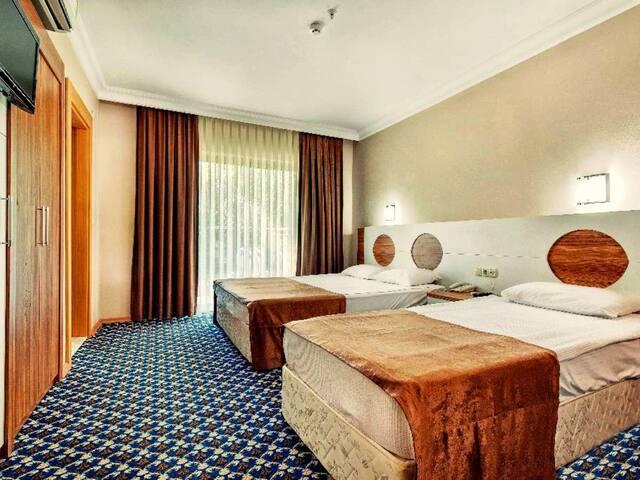 Monna Roza Garden Resort Hotel - Üç Kişilik Havuz Manzaralı Oda