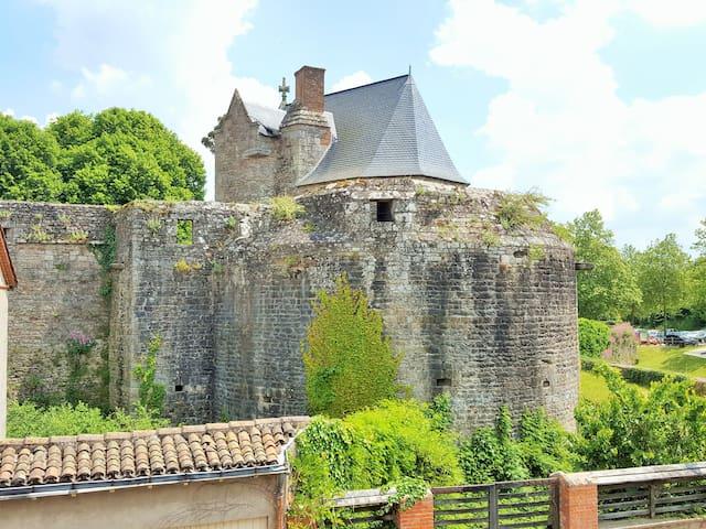 Au coeur de Clisson face au château
