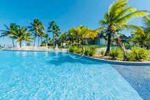 Área de piscina num dia lindo de sol.