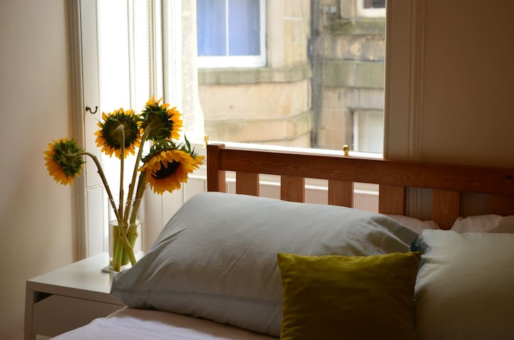 Quiet and bright double bedroom in the heart of Marchmont