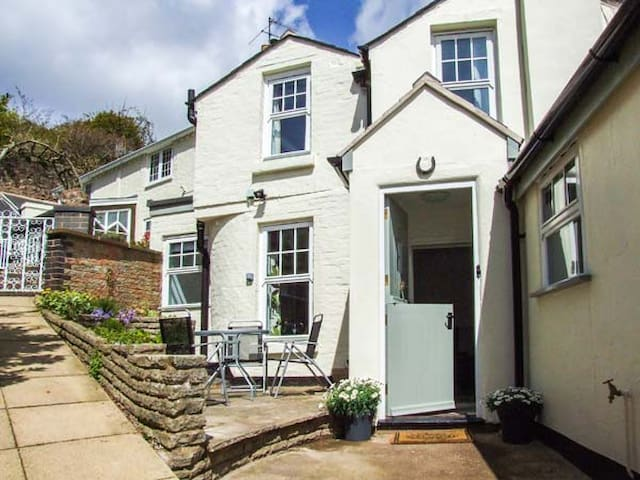 MAY TREE COTTAGE, pet friendly, with a garden in Malvern, Ref 932398