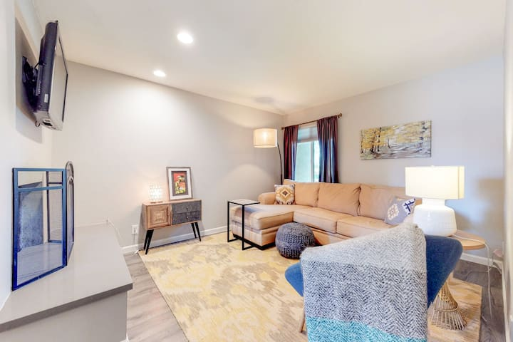 NEW LISTING! Dog-friendly condo w/shared pools & hot tubs in convenient location