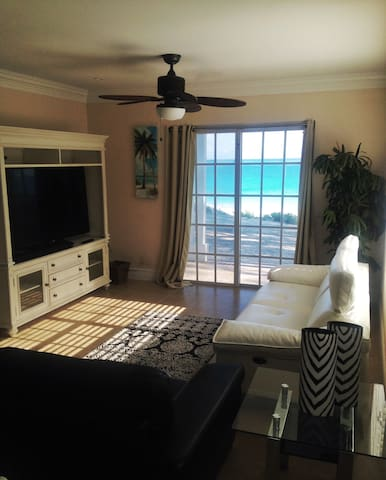 Beautiful Beachfront Luxury Vacation (Upper 2bdrm)