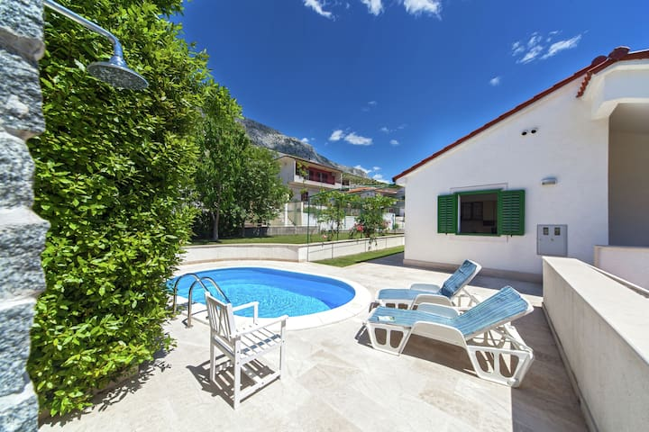 Pleasant villa with private swimming pool in Dugi Rat and just 620 m from the beach.