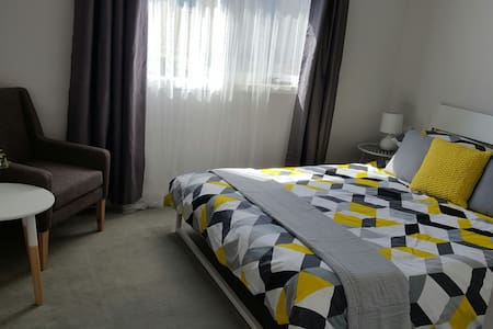 Bright room at the beach - wifi & breakfast - Aspendale - 连栋住宅