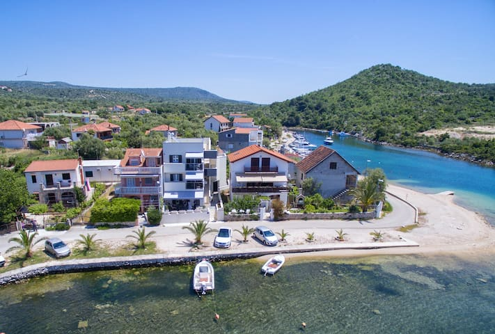 Beach 🏝 apt for 4, 5' to Rogoznica, 30' to Trogir