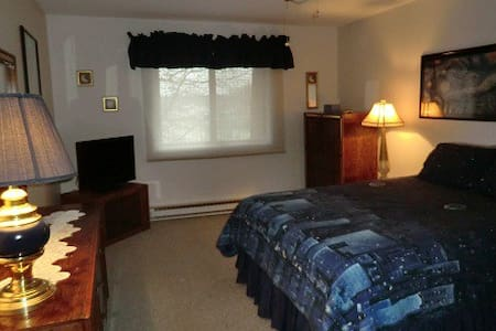 Quiet condo while away from home - Schererville - Lakás