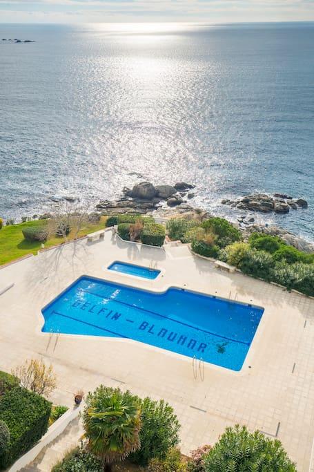 Apart con vistas al mar y piscina apartamentos en for Piscina roses