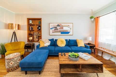 Happy Stays-- Retro Inspired Home 3mi to Downtown!