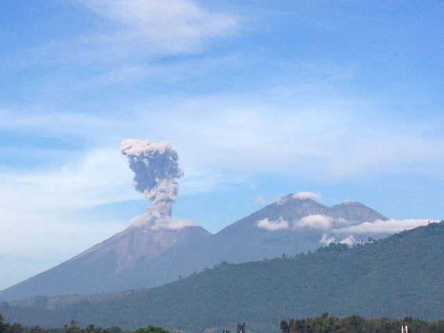 Vista desde nuestra terraza a los volcanes, Fuego y Acatenango