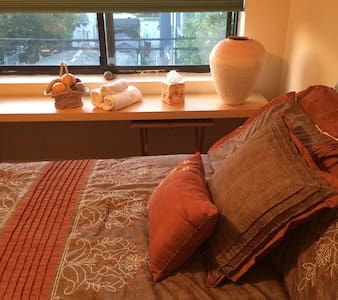 Cozy Mid size room in Beach House - Long Beach - Complexo de Casas