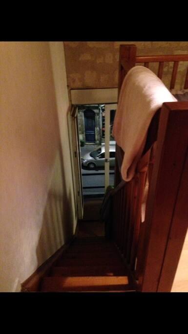 escalier pour rejoindre la chambre et la salle de bain