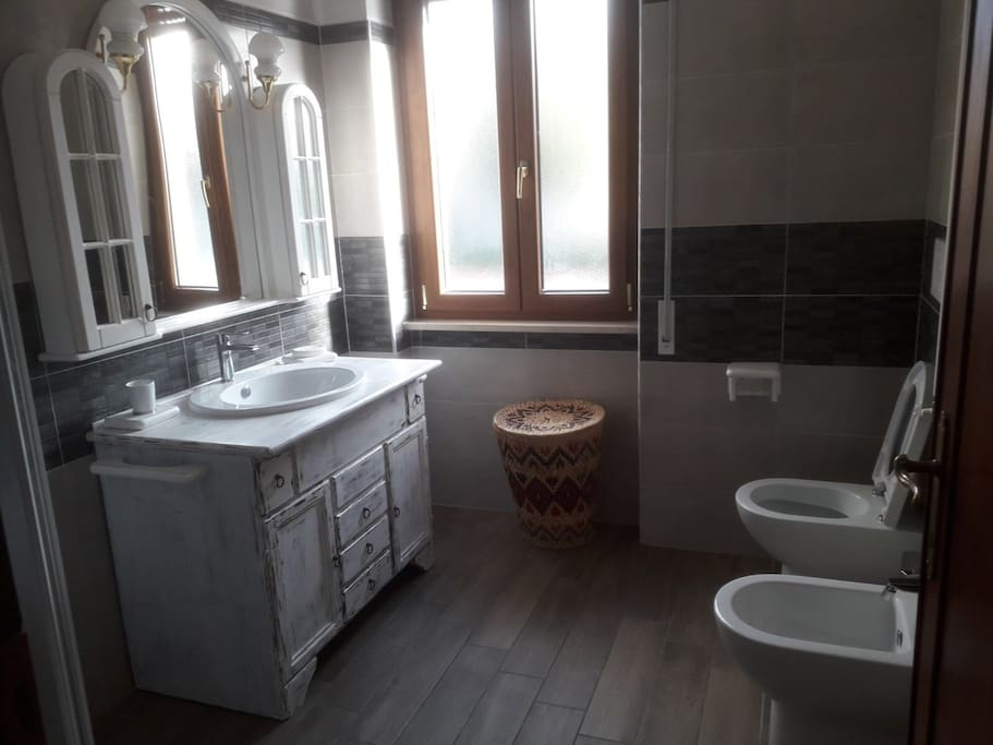 Bagno con doccia e finestra. Bathroom with shower and window.