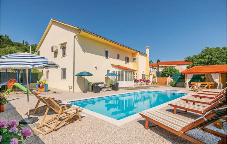 Holiday cottage with 6 bedrooms on 256m² in Zmijavci
