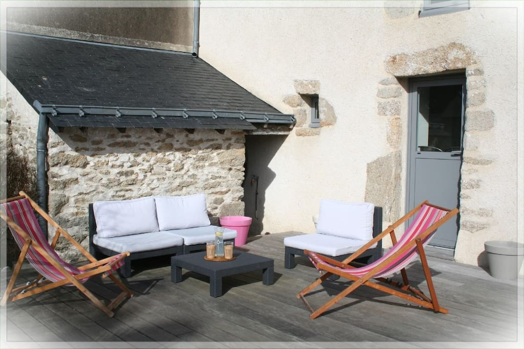Terrasse privée avec salon de jardin et transats