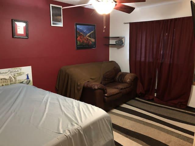 2.Bluebonnet suite: Large room w/queen & smart tv