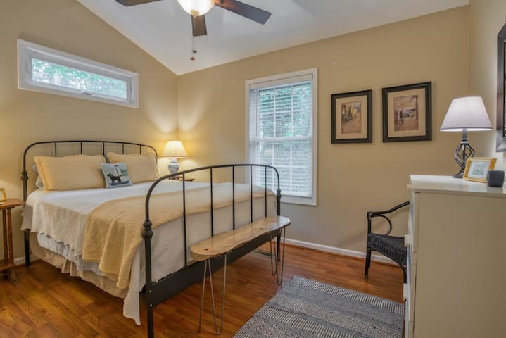Guest bedroom with queen sized bed!