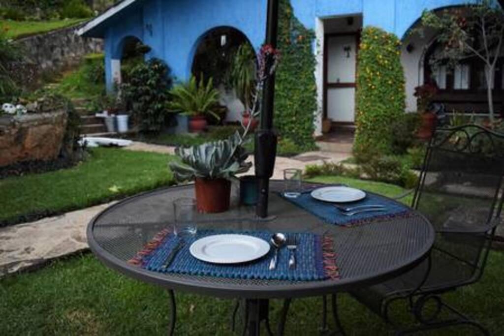 Desayuno en el jardín...
