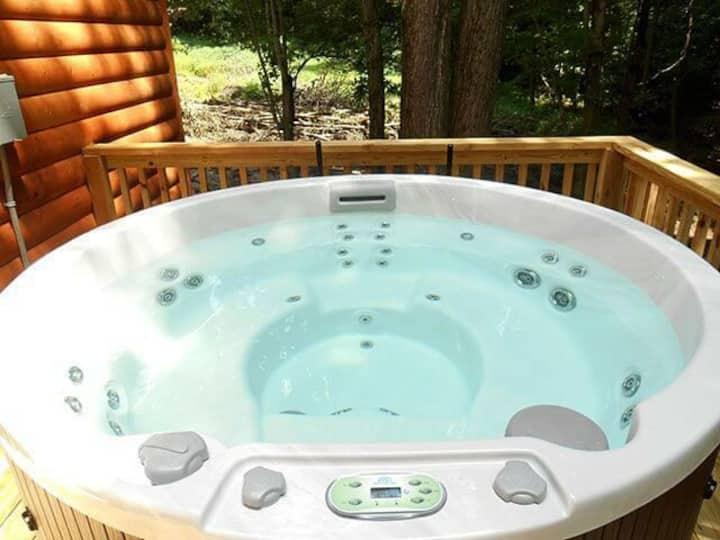 Green Ridge Cabin with hot tub, in Berlin.