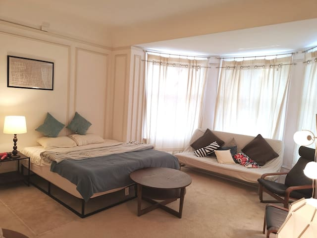 Suite Master Bedroom! (Russian Hill)