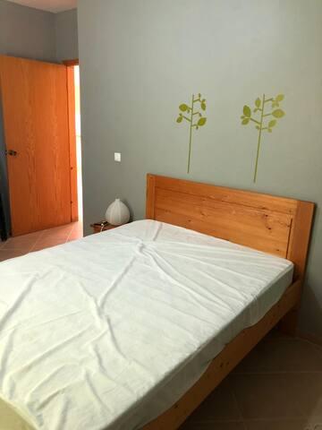 La chambre parentale avec penderie et armoire, spacieuse
