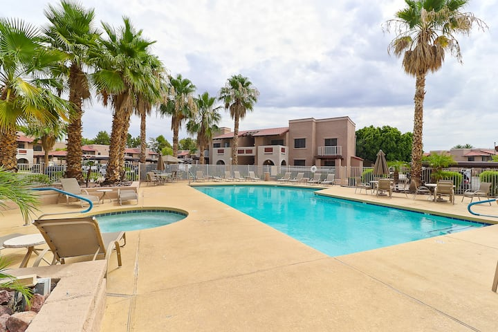 2 Bed, 2 full bath Condo. Over looking the pool!