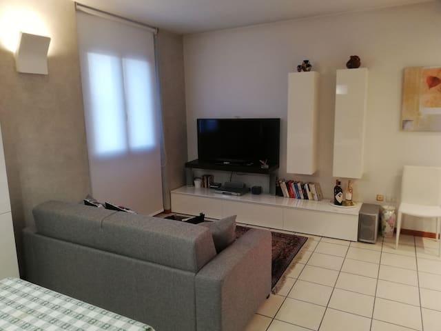 Vista angolo soggiorno con divano letto