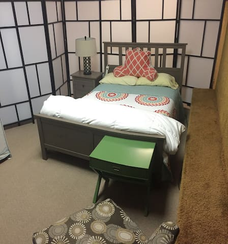 Double Room Weekly/Monthly/Parking/Kitchen/Laundry