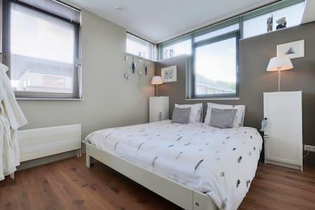 """B & B """"Het Groene Gordijn"""" met zit en badkamer. - Bergen op Zoom - Bed & Breakfast"""