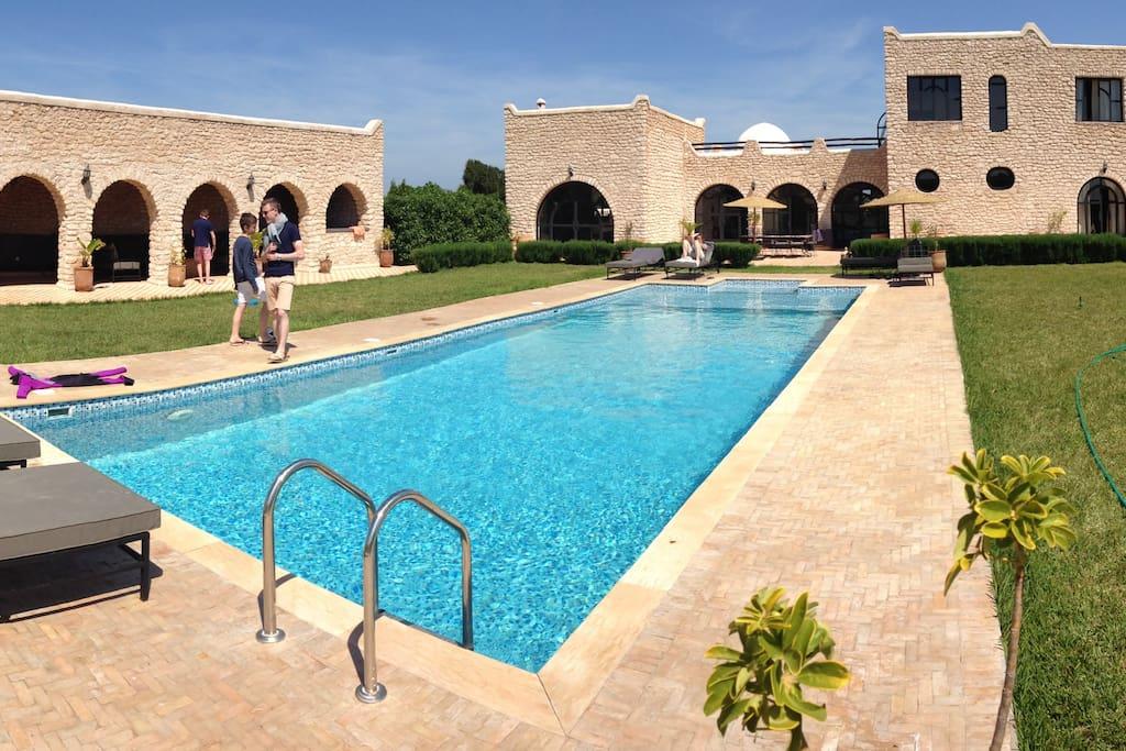 vu d'ensemble - pool house piscine maison au fond