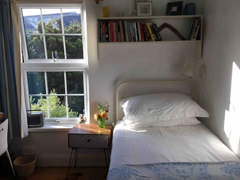 Welcoming single room, near river in Appledore.