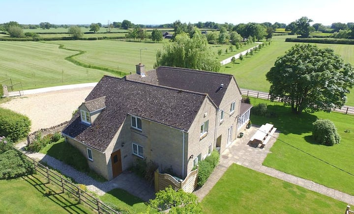 The Cotswold Manor Lodge with Hot Tub & Games Barn