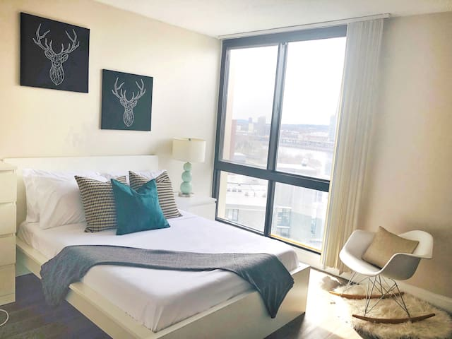 Luxurious Loft Centrally Located Spectacular View