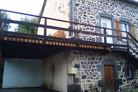 maison en pierre à côté de Vulcania - Saint-Ours - Huis