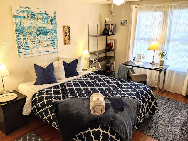 B&C Private Apartment -Two bedrooms, YALE, Train