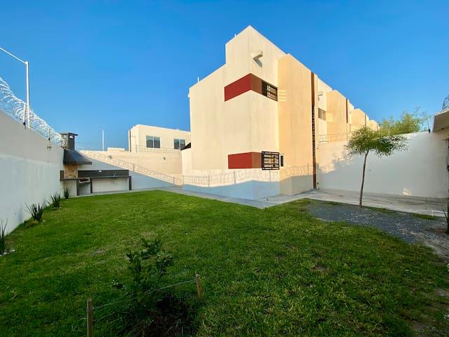 ¡Hermosa casita con jardín y asador, muy segura!