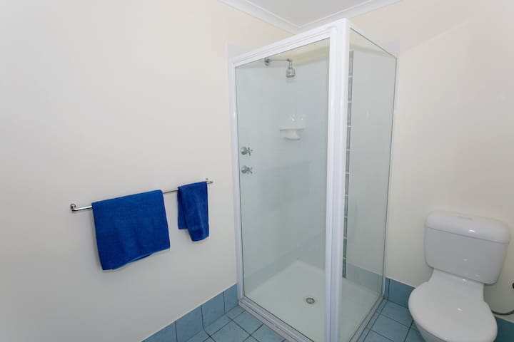 1 Bedroom Executive Bathroom HirRes
