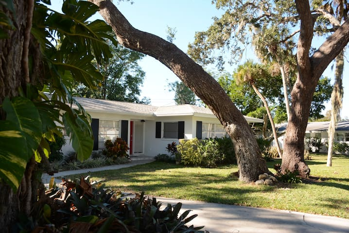Beautiful Home & Garden Close to Siesta Key Beach